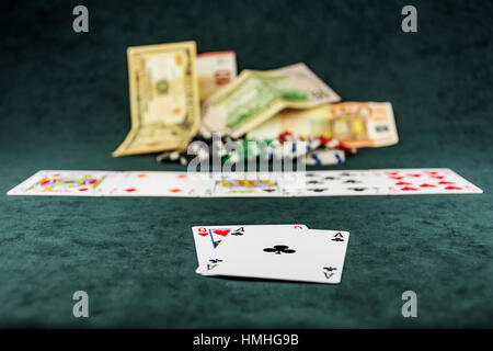 Die Kombination der Karten ist das Poker auf dem Pokertisch - Stockfoto