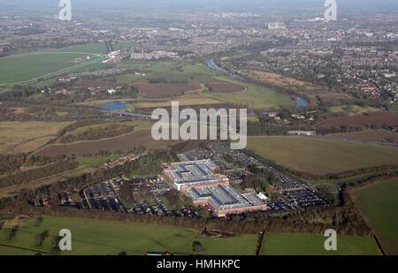 Luftaufnahme von York Designer Outlet & der Stadt im Hintergrund, UK - Stockfoto