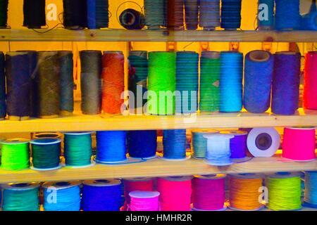 Mehrere Rollen von verschiedenen farbigen Fäden. - Stockfoto