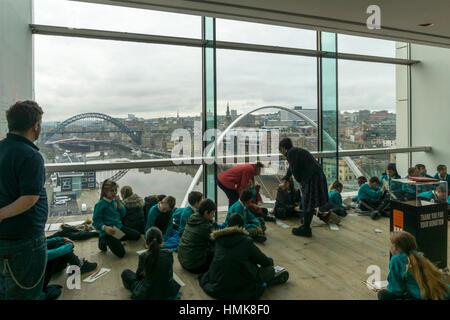 """Schülerinnen und Schüler genießen die Aussicht vom Feld """"anzeigen"""" auf der 4. Etage des Baltic Centre for Contemporary - Stockfoto"""