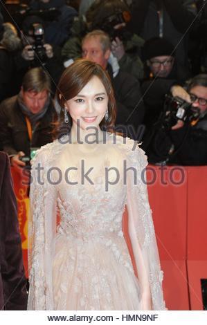 Berlin, Deutschland. 9. Februar 2017. Chinesische Schauspielerin Tang Yan geht den roten Teppich während der 67. - Stockfoto