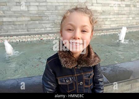 Junge kleine Mädchen posiert in Herbst, türkische Modell - Stockfoto