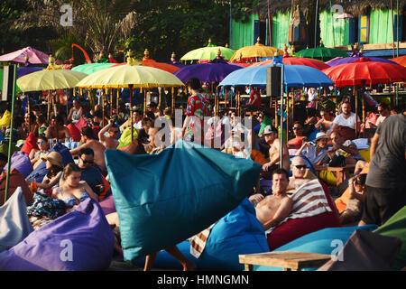 Masse der Touristen aller Nationalitäten in Seminyak, Bali Strand Sonnenbaden - Stockfoto