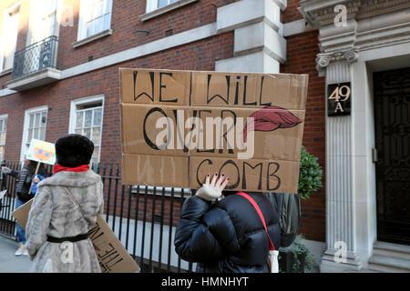 Die Demonstranten mit Donald Trump Kamm über Poster' Wir über Kamm' auf März der Frauen in London, Großbritannien, - Stockfoto