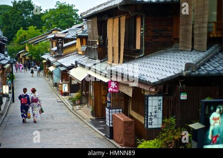 Asiatische Frauen in traditionellen Kimonos Erkundung der Läden und Geschäfte in der Nähe der Kiyomizu-Tempel. - Stockfoto