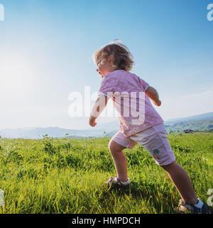 schöne Mädchen-Aufenthalt in den Bergen - Stockfoto