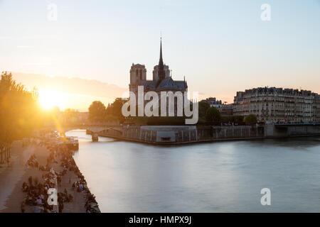 Kathedrale von Notre Dame de Paris mit Seineufer bei Sonnenuntergang. Paris, Frankreich. - Stockfoto