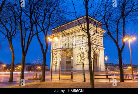 Der Triumphbogen bei Nacht Paris, France - Stockfoto