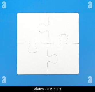 Vier Teile des Puzzles sind auf blauem Hintergrund miteinander verbunden. Close-up. - Stockfoto