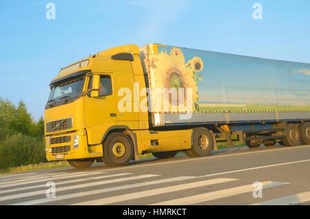 Die schwere Lkw geht auf Autobahn - Stockfoto