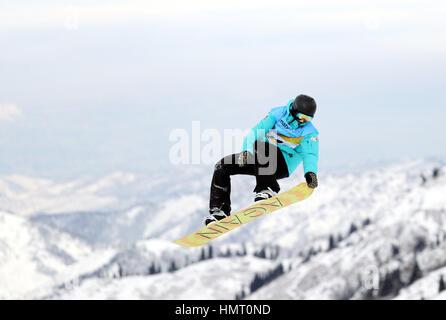 Almaty, Kasachstan. 5. Februar 2017. Mikhail Matveev Russlands konkurriert während Männer Slopestyle Finale der - Stockfoto