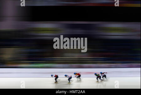 Almaty, Kasachstan. 5. Februar 2017. Skater konkurrieren während Ladies' 1500 M Final des Short Track Speed Skating - Stockfoto