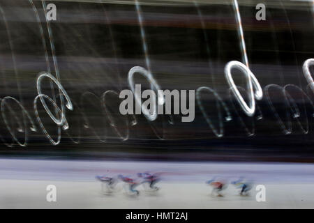 Almaty, Kasachstan. 5. Februar 2017. Skater konkurrieren während Herren 1500 M Final des Short Track Speed Skating - Stockfoto