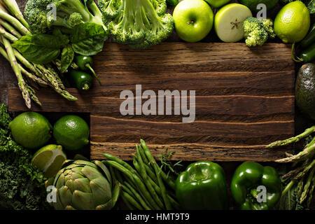 Vielzahl von grünem Gemüse und Obst Exemplar mit Schneidbrett - Stockfoto