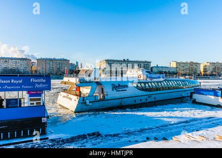 Moskau, Russland. 5. Februar 2017. Icebreaking Freizeit Boot von Gorky Park Berth. Alle Jahr touristische Navigation - Stockfoto