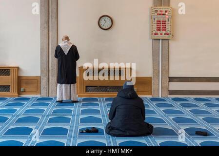 """London, UK. 5. Februar 2017. Die Männer beten an den """"besuchen Sie meine Moschee-Tag"""" in Central London Moschee - Stockfoto"""