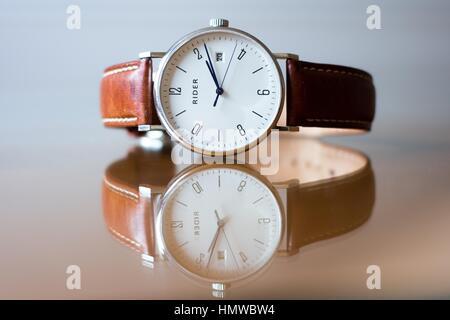 Armbanduhr mit weißem Gesicht und braunem Leder Riemen - Stockfoto