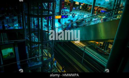 Berliner Hauptbahnhof. Berlin Hauptbahnhof ist Europas größte Multi-level-Bahnhof. - Stockfoto