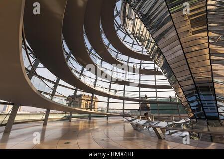 BERLIN, Deutschland - 1. November 2015: Weitwinkel-Blick in die gläserne Kuppel auf dem Reichstagsgebäude. - Stockfoto