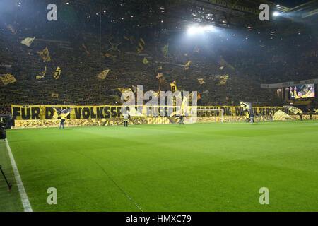 Dortmund, Deutschland. 4. Januar 2017. Die Dortmunder Fans zeigen gemeinsam Banner kritisieren das Konzept von Red - Stockfoto