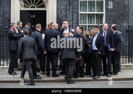 London, UK. 6. Februar 2017. Die israelische Delegation begleitet Premierminister Benjamin Netanyahu wartet draußen - Stockfoto