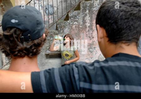 Jugendliche, die Alkohol trinken Kredit © Luigi Innamorati/Sintesi/Alamy Stock Photo - Stockfoto