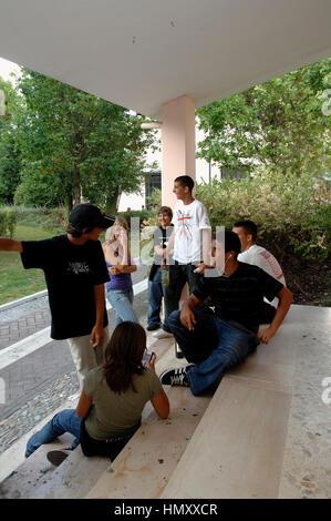 Gruppe von Jugendlichen mit einer Flasche von Wein Kredit © Luigi Innamorati/Sintesi/Alamy Stock Photo - Stockfoto