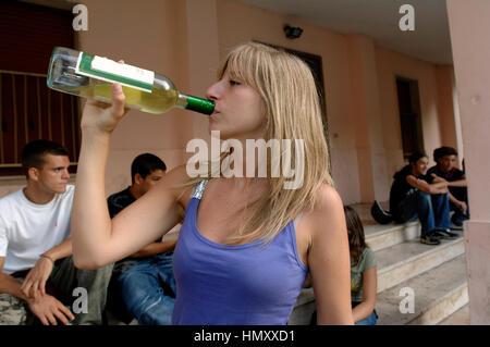 Aus einem schüchternen mädchen wein trinken