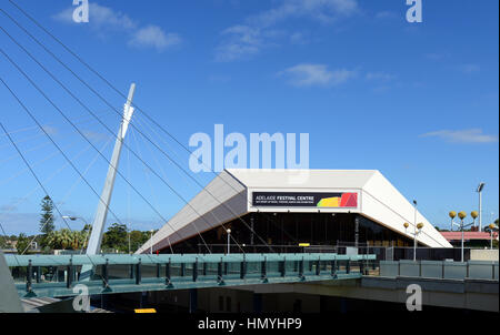 Das Adelaide Festival Center Gebäude vom Fluss Torrens. - Stockfoto