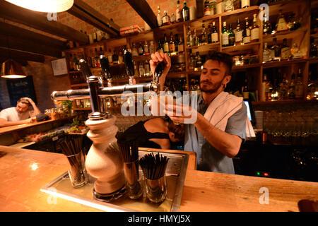 Die trendige coole Udaberri Pintxos Y Vino Bar in Adelaide, Australien. - Stockfoto