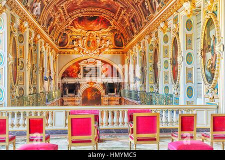 FONTAINEBLEAU, Frankreich - 9. Juli 2016: Fontainebleau Palast Interieur. Der Raum oberhalb der Kapelle. Schloss - Stockfoto