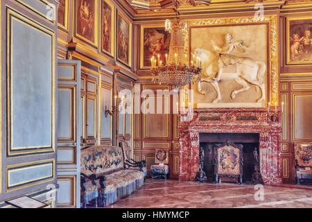 FONTAINEBLEAU, Frankreich - 9. Juli 2016: Fontainebleau Palast Interieur. Der erste Saint-Louis Raum. Schloss war - Stockfoto