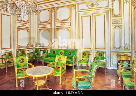 FONTAINEBLEAU, Frankreich - 9. Juli 2016: Fontainebleau Palast Interieur. Der weiße Salon. Schloss war eines der - Stockfoto