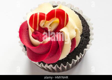 M&S Schokolade Himbeere & prosecco Cupcakes - Kuchen auf weißem Hintergrund - Stockfoto