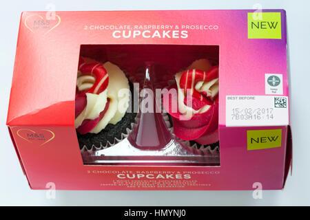 Box von M&S Schokolade Himbeere & prosecco Cupcakes auf weißem Hintergrund, ideal für Valentinstag, Valentinstag - Stockfoto