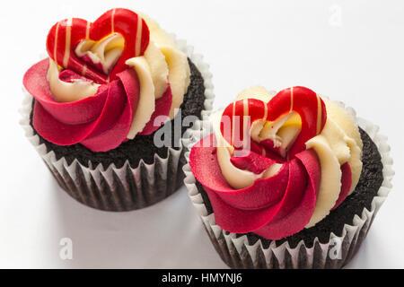 M&S Schokolade Himbeere & prosecco Cupcakes auf weißem Hintergrund, ideal für Valentinstag, Valentinstag - Stockfoto