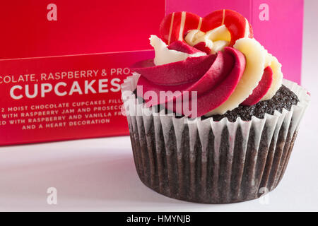 M&S Schokolade Himbeere & prosecco Cupcakes - ideal für Valentinstag, Valentinstag - Stockfoto