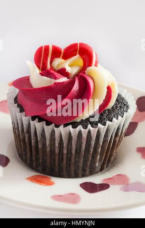 M&S Schokolade Himbeere & prosecco Cupcakes - Kuchen auf Herz Teller - ideal für Valentinstag, Valentinstag - Stockfoto