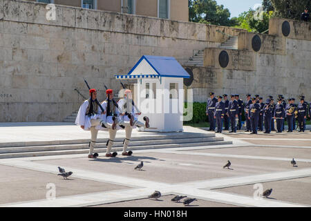 Die Wachablösung vor dem Parlament, Evzonen am Grab des unbekannten Soldaten auf dem Syntagma-Platz in Athen, Griechenland - Stockfoto