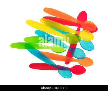 Draufsicht auf eine Gruppe von Kunststoff Baby Essen Löffel isoliert auf einem weißen Hintergrund. - Stockfoto