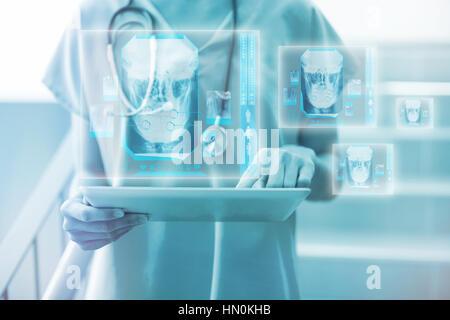 Digital erzeugte Bild menschlicher Schädel gegen weibliche Chirurg mit digitalen 3d tablet - Stockfoto