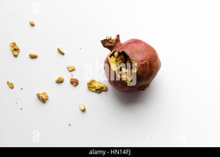 getrocknete Granatapfel auf einem weißen Hintergrund isoliert - Stockfoto