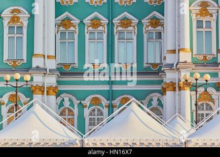 Weiße Zelte vor dem Winterpalast, Schlossplatz, St Petersburg, Russland - Stockfoto