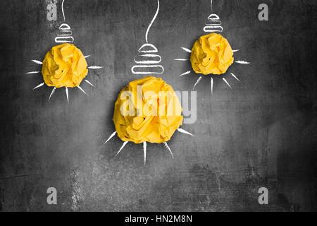 zerknittertes Papier Glühbirnen Idee oder Innovation-Konzept - Stockfoto