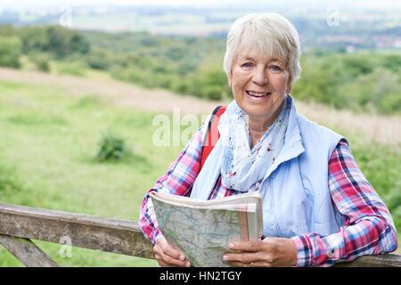 Porträt von Senior Woman Wandern In Natur - Stockfoto