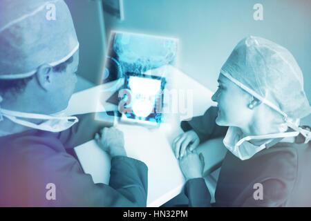 Menschlicher Schädel Röntgen gegen Chirurgen mit digitalen 3d tablet - Stockfoto