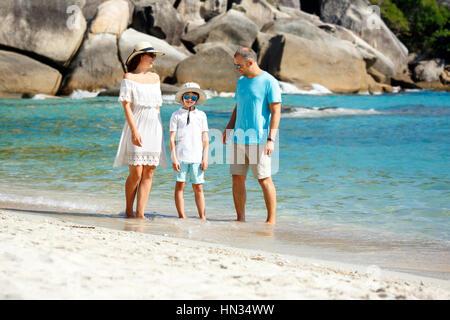 Junge schöne Familie entlang tropischer Strand, Koh Samui Insel, Thailand, Asien - Stockfoto
