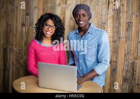 Porträt der lächelnde paar mit Laptop in Cafà© - Stockfoto