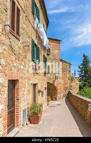 Gehweg auf einer Terrasse an einem Wohnhaus in einem italienischen Dorf - Stockfoto