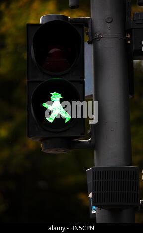 Grüne Fußgängerüberweg Zeichen. Berlin-Deutschland - Stockfoto